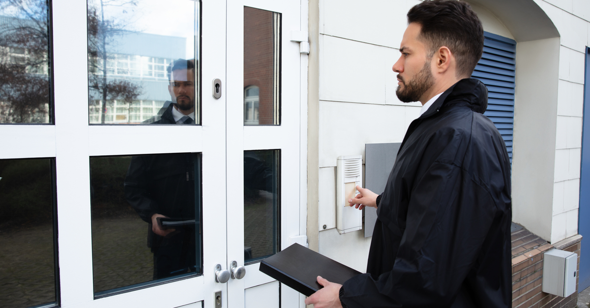 Ottawa Process Serving individual coming to door to deliver court documents